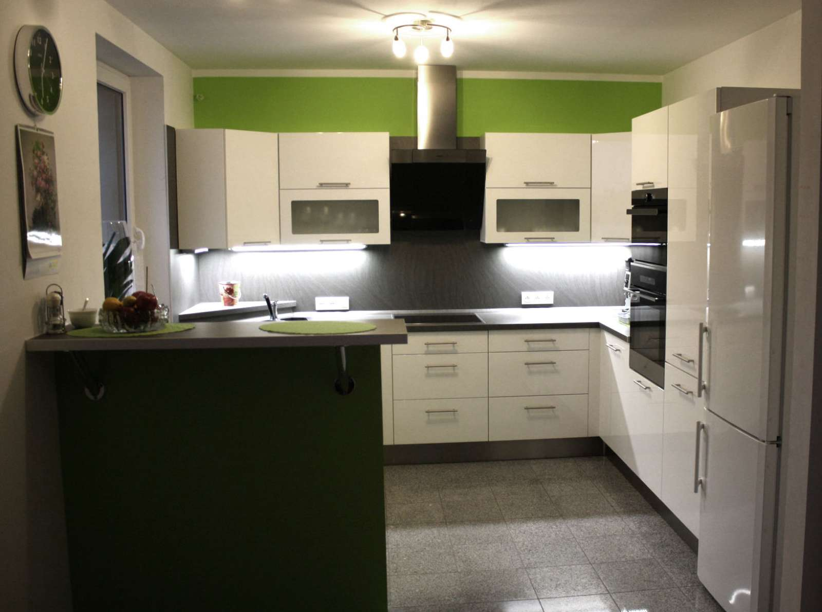 Lesklá luxusní bílá kuchyně na míru do U