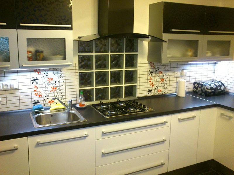 Moderní realizovaná kuchyně rohová vysoký lesk