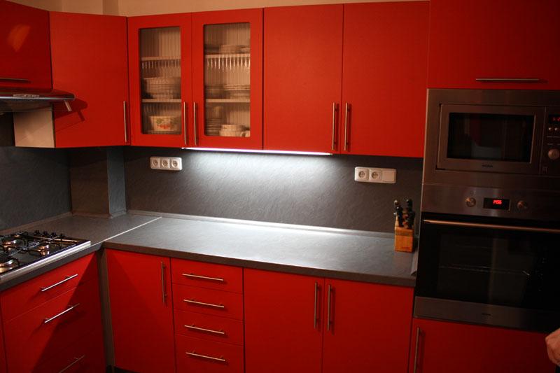 Rohová červená kuchyně Formát
